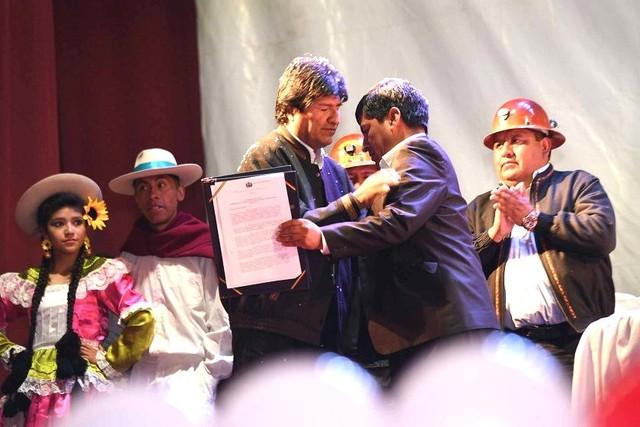 Morales firma decreto para construir fábrica de cemento en Potosí