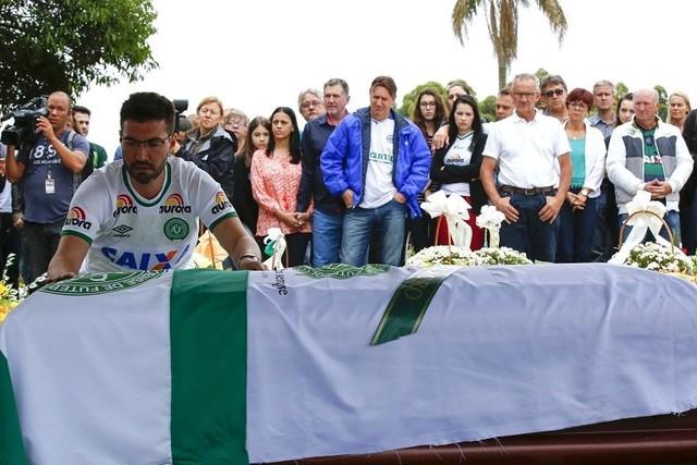 El presidente del Chapecoense recibe sepultura rodeado de coronas de flores