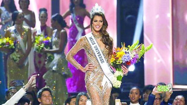 Iris Mittenaere se alza con la corona  del Miss Universo