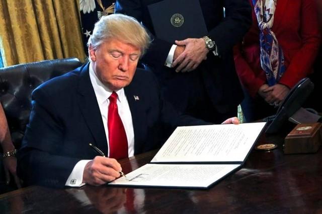 Trump firma órdenes para dar marcha atrás a la reforma financiera de Obama