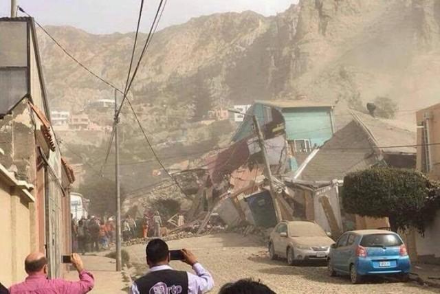 Un cerro se desliza y entierra al menos cinco viviendas en La Paz