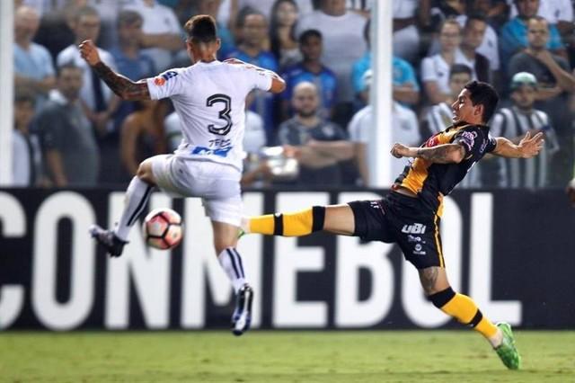 Santos vence a un The Strongest que jugó con diez en el segundo tiempo
