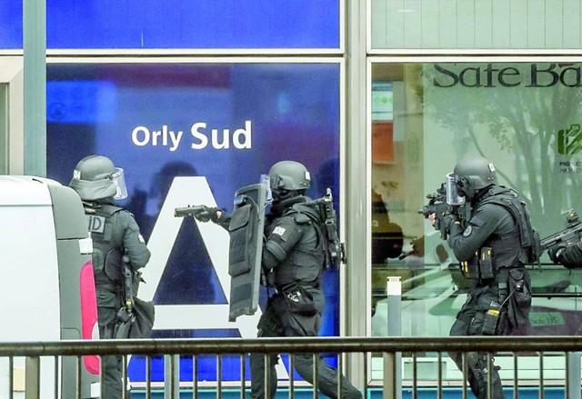 Muere atacante en París tras forcejeo con soldada