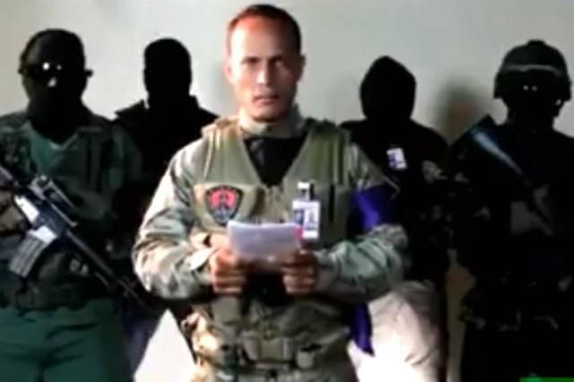 Policía venezolano sobrevuela el Supremo y pide la renuncia de Maduro