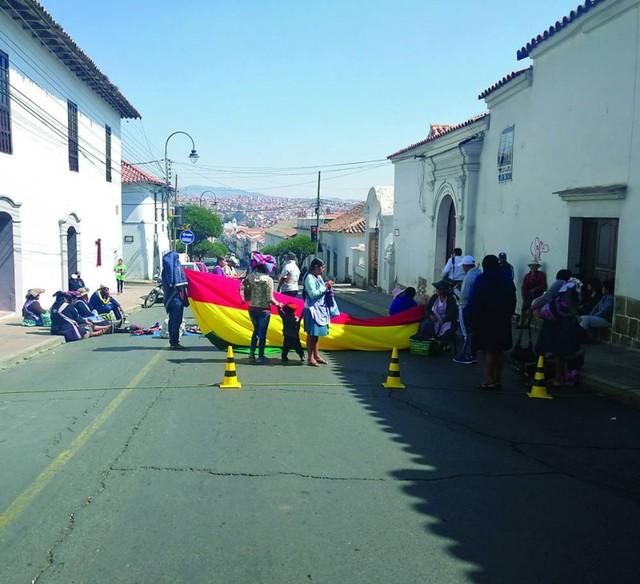 Artesanos reclaman con bloqueo obras de su sede