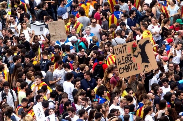 Miles de personas salen a las calles de Cataluña contra actuación policial en referéndum
