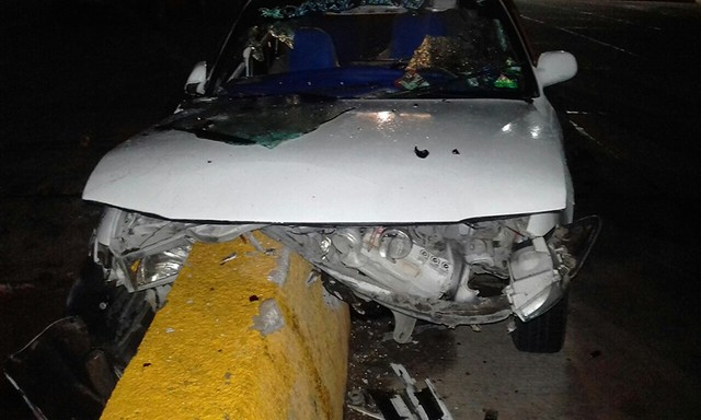 Aparatoso accidente deja cuatro heridos y daños materiales