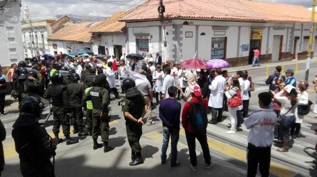 Protesta obliga a Evo abandonar la Gobernación por la puerta trasera