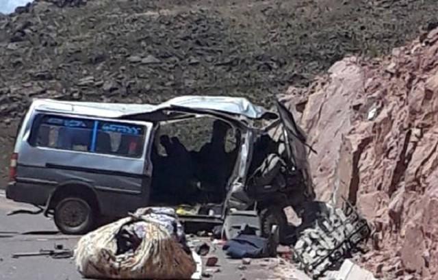 Unas 13 personas mueren en accidente de minibús en Potosí