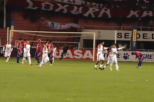 Universitario cierra su peor campaña con una nueva derrota y eliminación en casa