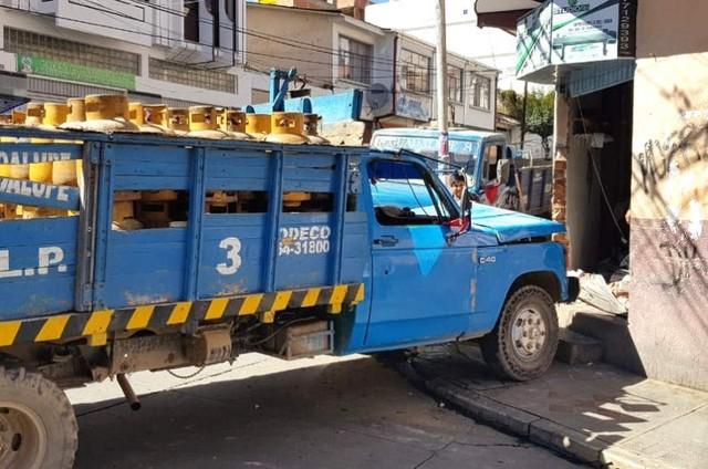 Camión cargado de garrafas provoca un accidente con suerte