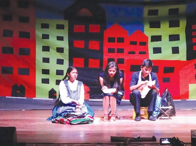 Colegiales muestran talento en teatro