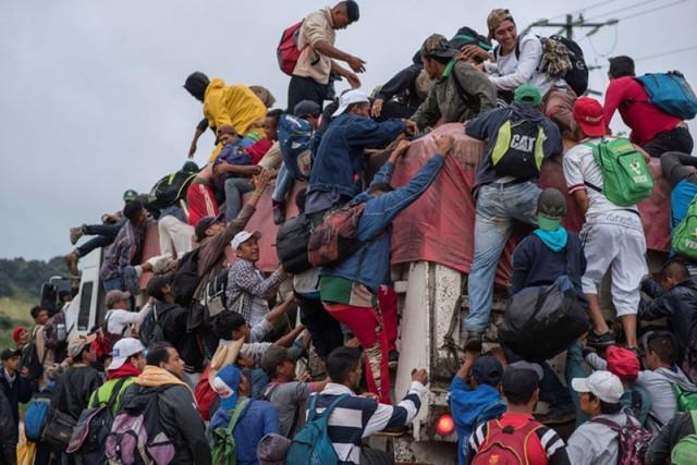Migrantes reanudan a pie su largo éxodo hacia EEUU