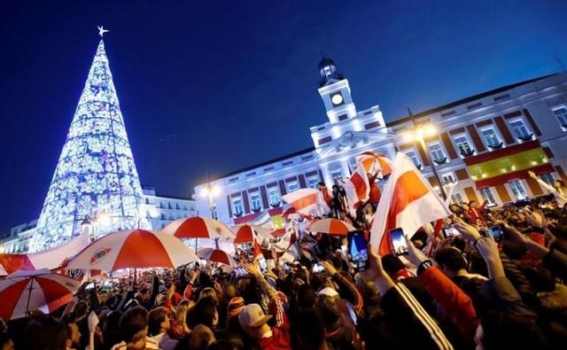 Hinchas de River festejan en la Puerta del Sol de Madrid