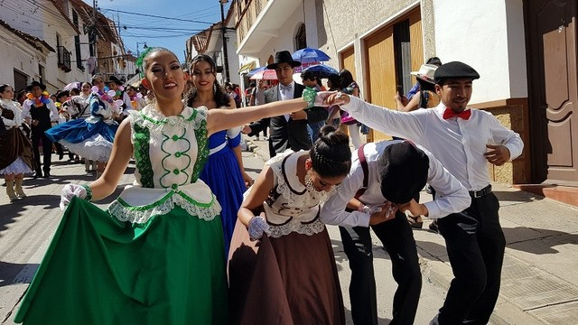 Sucrenses derrochan alegría y colorido en Carnaval de Antaño
