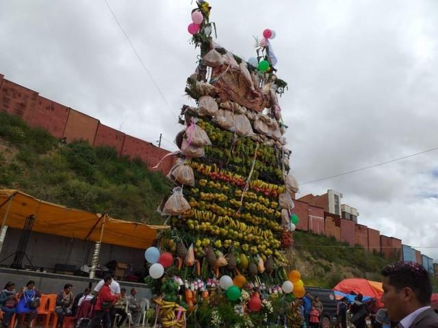 Comadres festejan en las calles de Sucre