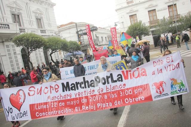 Suspenden a autoridad por obligar a marchar