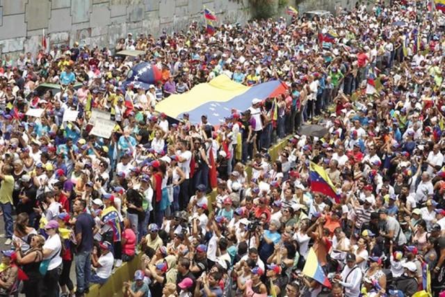 Venezolanos protestan en medio de apagones