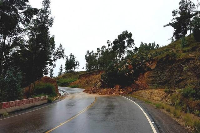 Derrumbe en la ruta Sucre-Punilla pone en riesgo a conductores