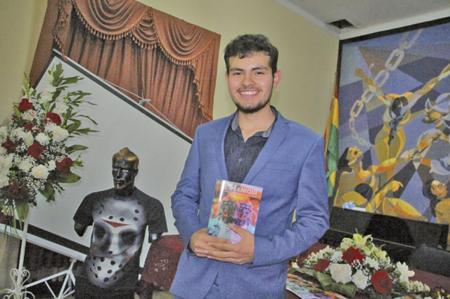 """Joven escritor presenta """"El Maniquí"""" en Sucre"""