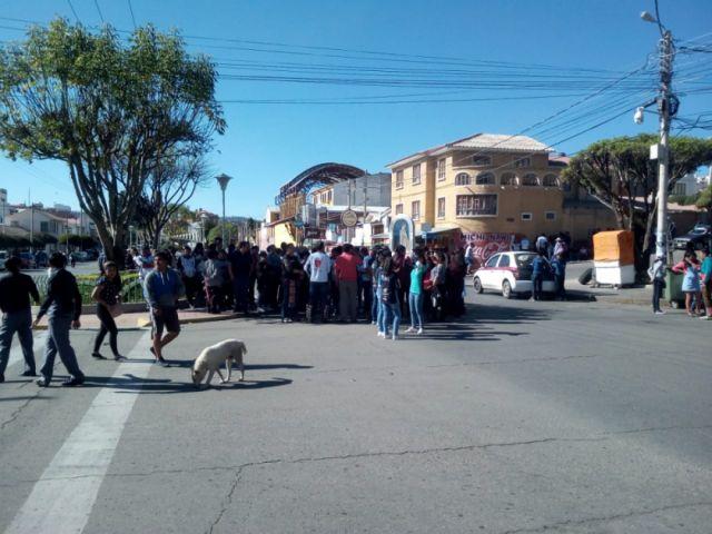 Devotos de la Virgen de Urkupiña bloquean en la avenida de las Américas