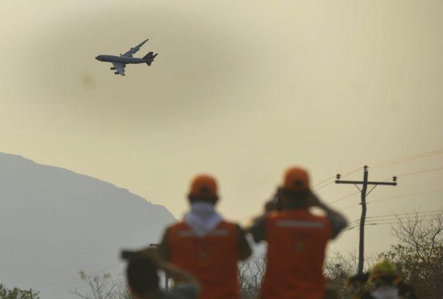 Supertanker reanuda labores para sofocar el fuego en Taperas