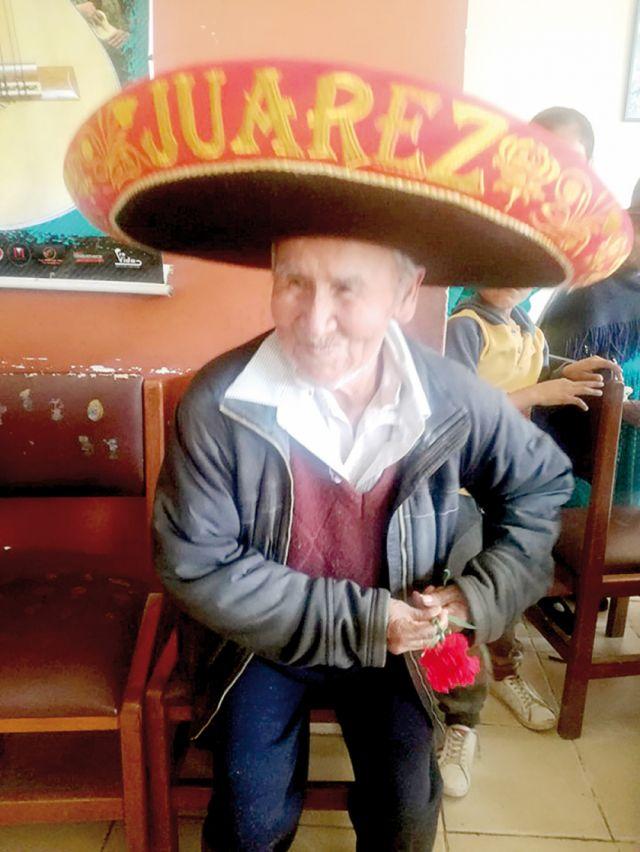 Cumple 102 años  y baila zumba