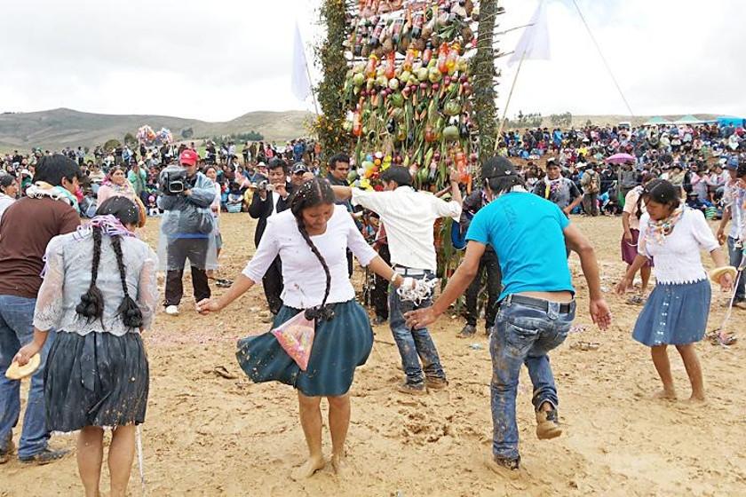 FESTIVAL. Pese al barro, los bailarines se esforzaron por demostrar al público las danzas típicas de sus comunidades
