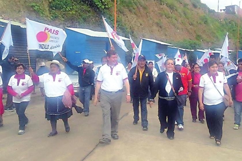 PAIS. Gonzalo Quiroga y sus seguidores, durante su recorrido en una de las zonas altas de Sucre.