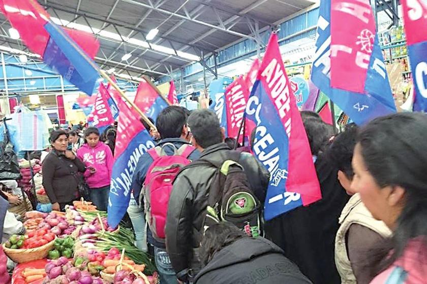 FRI. Los candidatos y militantes del FRI, durante su visita a los mercados de la ciudad.