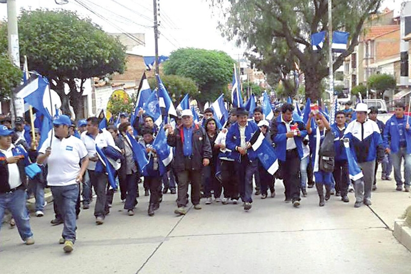 MAS. Los candidatos y militantes del partido oficialista, ayer, en su caminata por la ciudad.