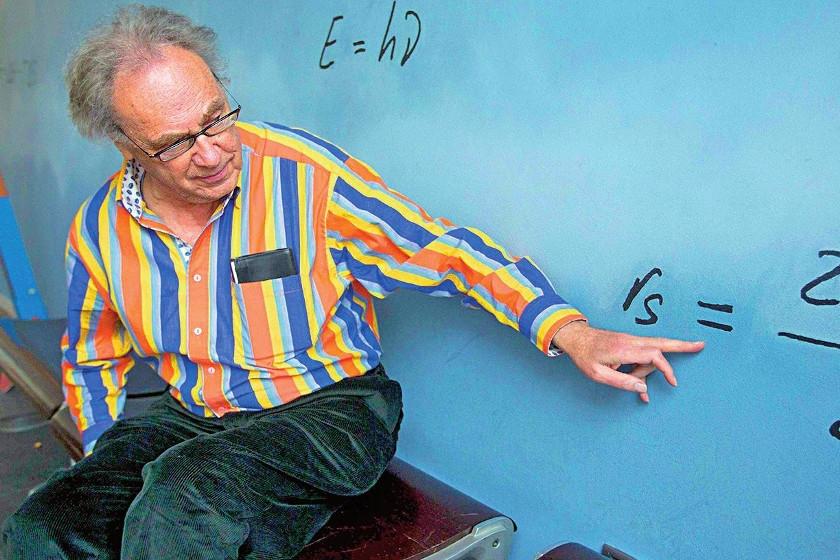 Los peculiares y divertidos métodos de Walter Lewin, capaz de montarse en un péndulo de cinco metros