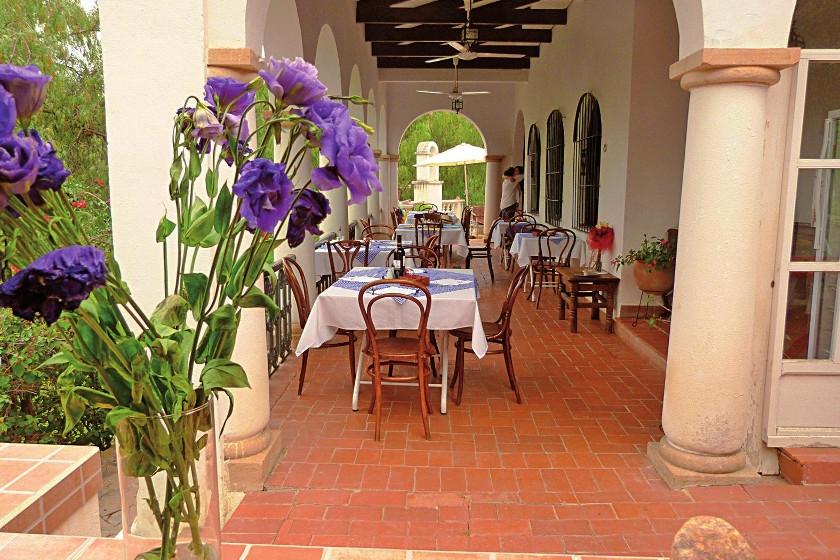 """El corredor al aire libre del restorán italiano afincado en Yotala, """"Rosso Antico"""", con el pintoresco campanario."""