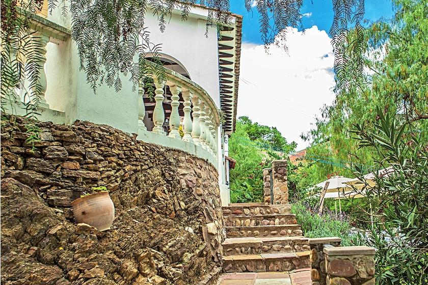 La piedra decora las vías de acceso a la casa.