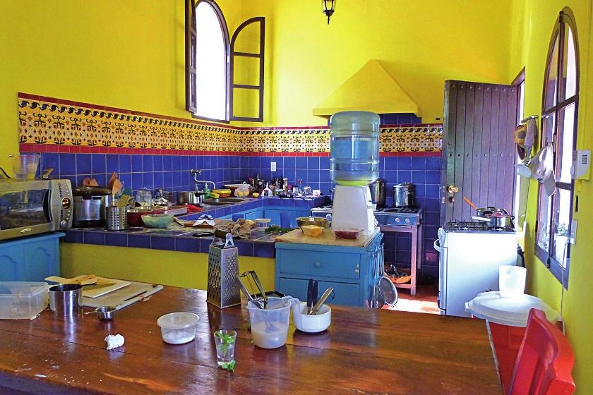 La cocina de vibrantes colores, estilo mediterráneo.