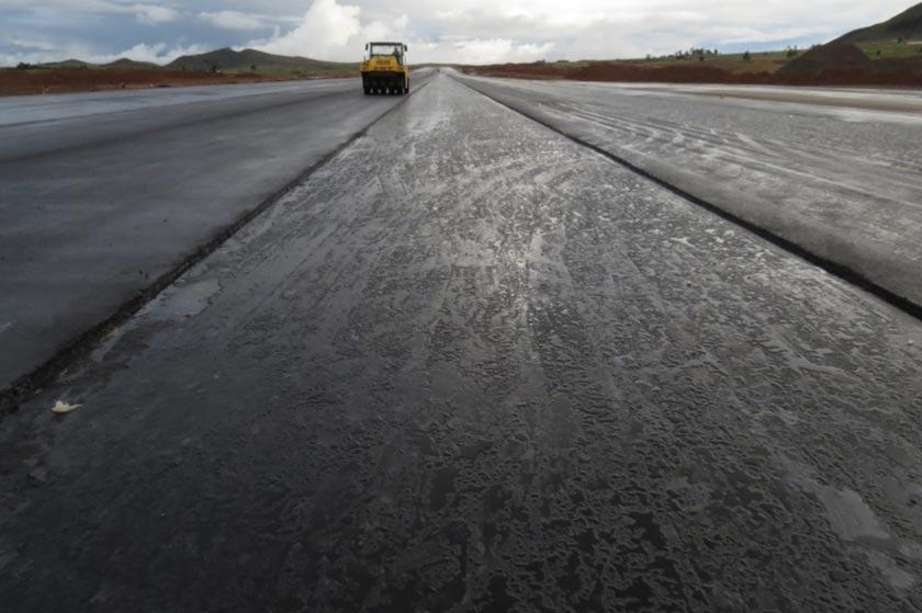 TRABAJO. La empresa asfalta los últimos 600 metros de la franja de aterrizaje