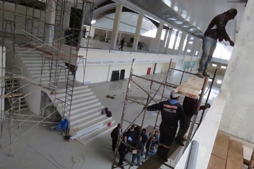 DEDICACIÓN. Los obreros ultiman detalles en la sala de ingreso del nuevo aeropuerto