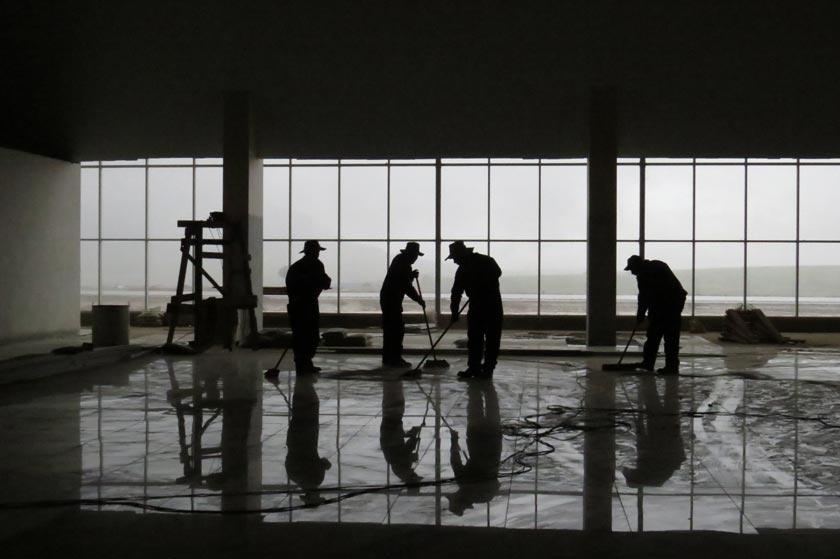 LABOR. Los obreros colocan el piso en el amplio mirador del aeropuerto de Alcantarí