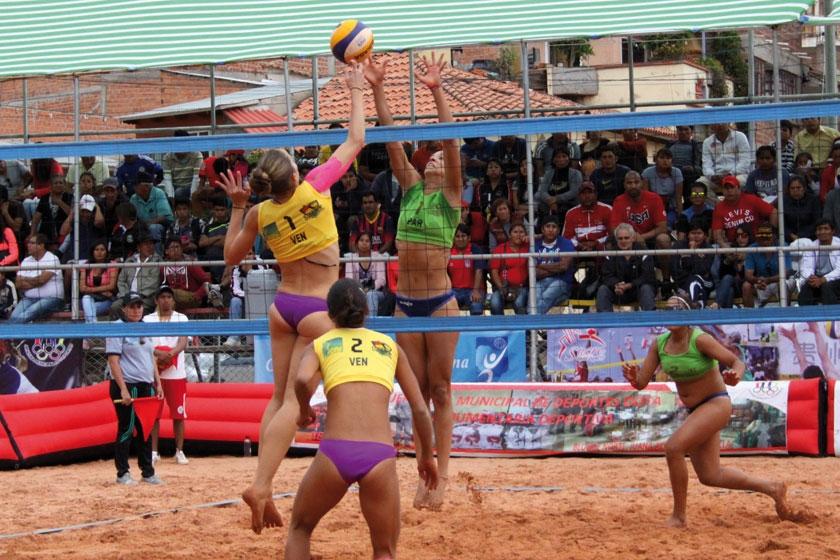 Un pasaje de la final femenina entre las duplas de Venezuela 1 (amarillo) y Paraguay