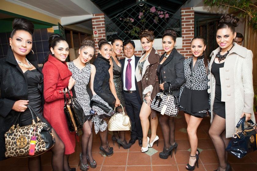 Carla Molina y John Pacheco junto a sus modelos