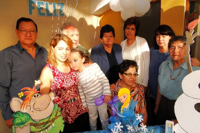 Valentina Almendras Barrero junto a su familia