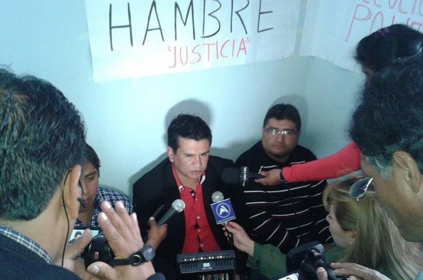Luis Ayllón instaló la huelga de hambre en la Gobernación. Foto: Facebook