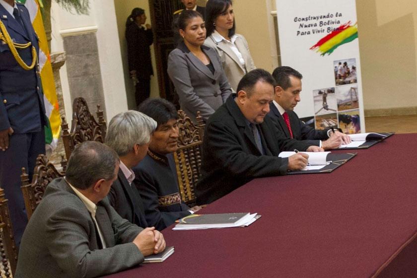 Evo propone bolivianización de créditos para empresas de agua