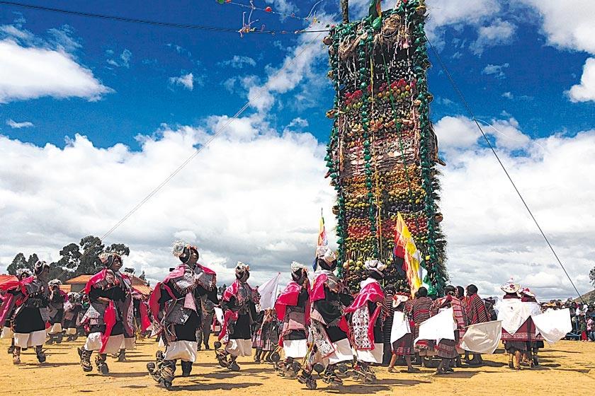 FIESTA. Centenares de comunarios bailaron alrededor de la Pucara armada en Tarabuco