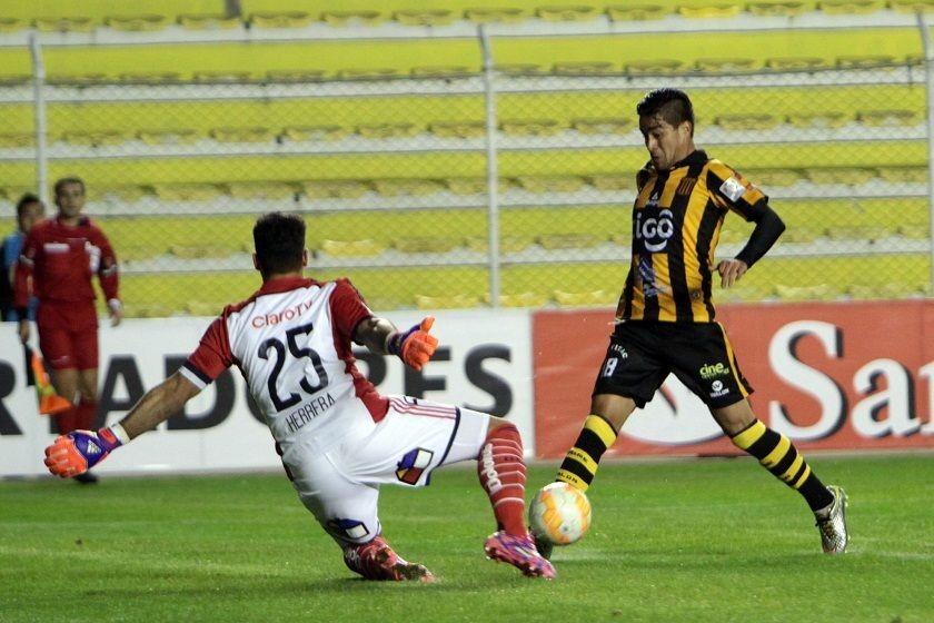 Rodrigo Ramallo se enfrenta al golero chileno. Foto: APG