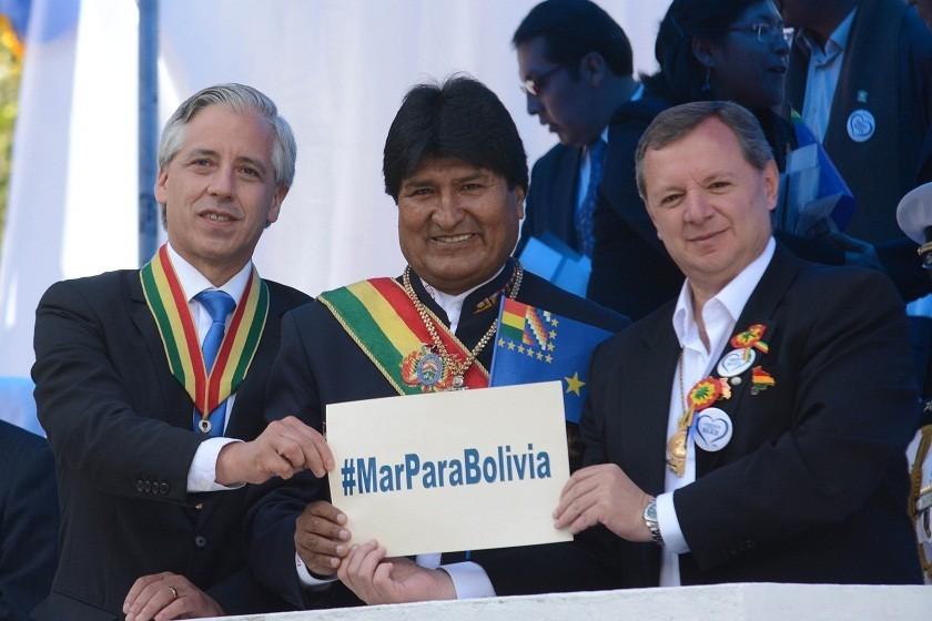 Evo Morales, Álvaro García (i) y José Gonzales muestran el hashtag Mar Para Bolivia. Foto: ABI