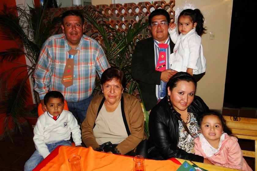 Orlando Farid, Eufrosina Rivas, Andrea Vargas, y Fernanda Orellana. Arriba, Orlando Vargas, Fernando y Micaela Orellana