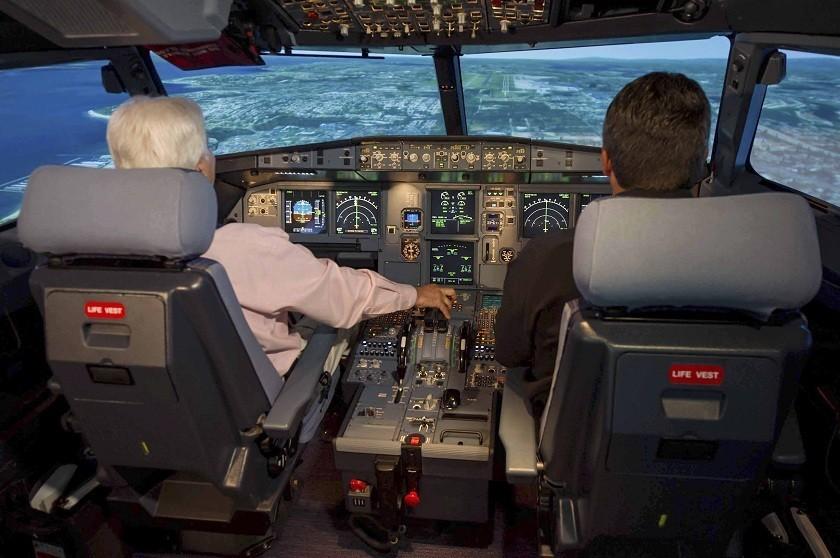 Fotografía facilitada por la compañía Airbus que muestra a un piloto y un copiloto en el simulador de un A320. EFE