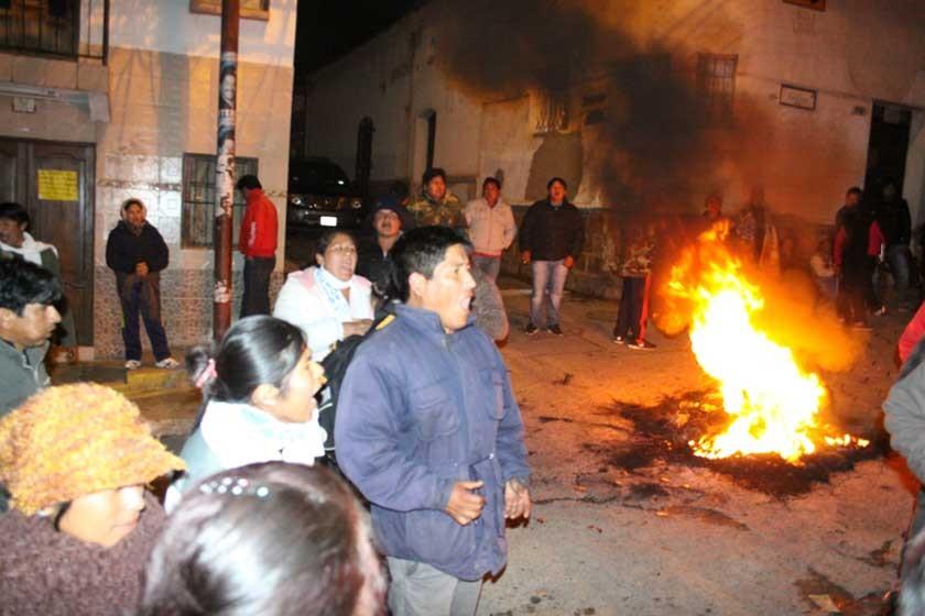 PROTESTA. Simpatizantes de CST se movilizan en puertas del TED Chuquisaca.