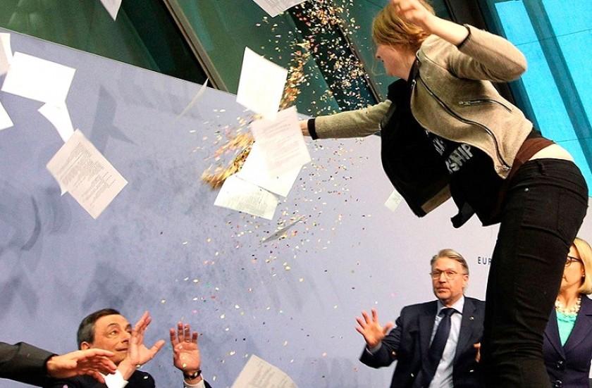 La activista se subió a la mesa y le lanzó confetis y papeles. Foto: La Tercera